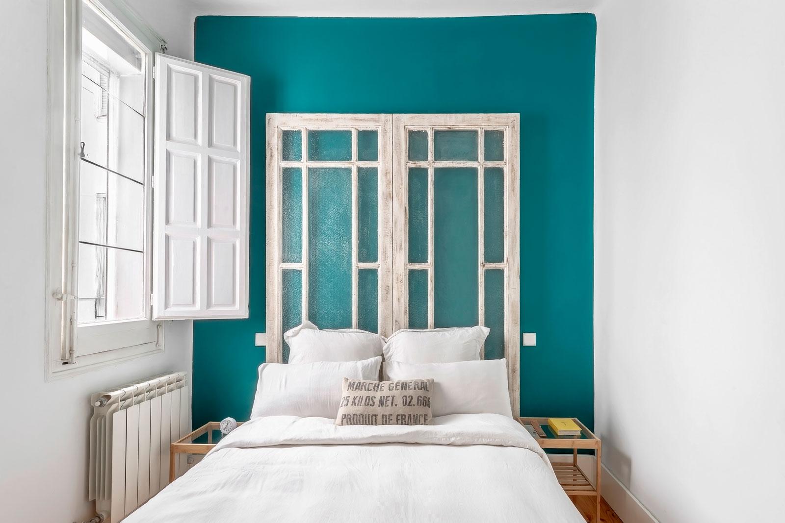 puertas-cabecero-cama-pared-turquesa-minipiso-madrid-centro